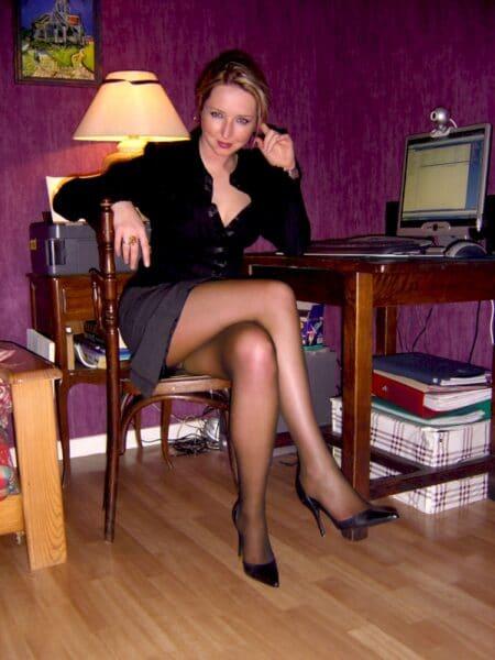 Femme adultère autoritaire pour gars qui est docile